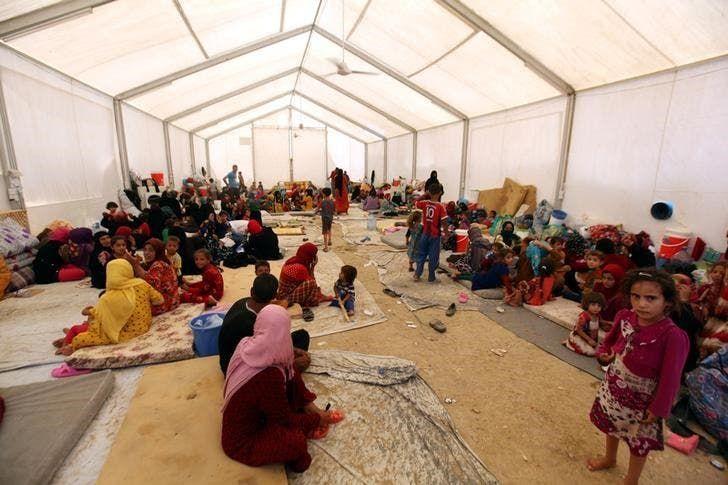 نازحون عراقيون في معسكر بمنطقة مخمور القريبة من الموصل - رويترز