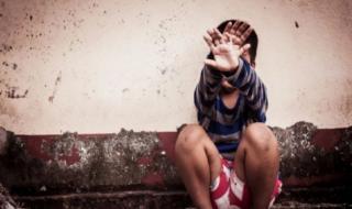 شاهد: فيديو لامرأة تحرّشت بطفل بأفعال خادشة للحياء .. ونشطاء يكشفون عن جنسيتها ويطالبون بالقبض عليها!