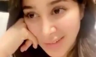 في فيديو ساخن.. أسيل عمران تخلع حمالة الصدر أمام مصورها