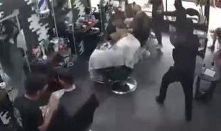 شاهد: ملثمون في لبنان يقتحمون صالون حلاقة ويطلقون النار على رأس زبون ويلوذون بالفرار
