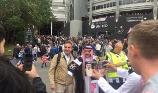 """قبل مباراة توتنهام.. شاهد: إبراهيم الفريان يقود مشجعي """"نيوكاسل"""" بالأعلام والزي السعودي"""