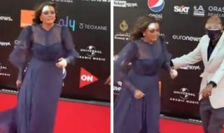 """تمشي بصعوبة .. شاهد: أول ظهور للممثلة """"بشرى"""" في مهرجان الجونة بعد تعرضها لحادث"""