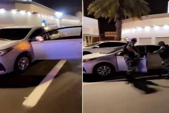 شاهد: رجال الأمن يوقفون شخصاً بالقوة الجبرية حاول الهرب بسيارة بدون لوحات