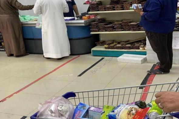 """بالصور: """"أمانة الطائف"""" تلزم المتاجر والأسواق بغسل وتعقيم وتغليف الخضار والفواكه"""