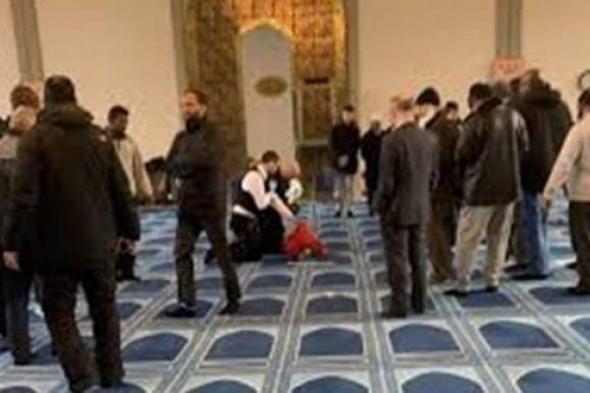 شاهد .. لحظة طعن داعية إسلامي شهير خلال محاضرة وسط متابعيه