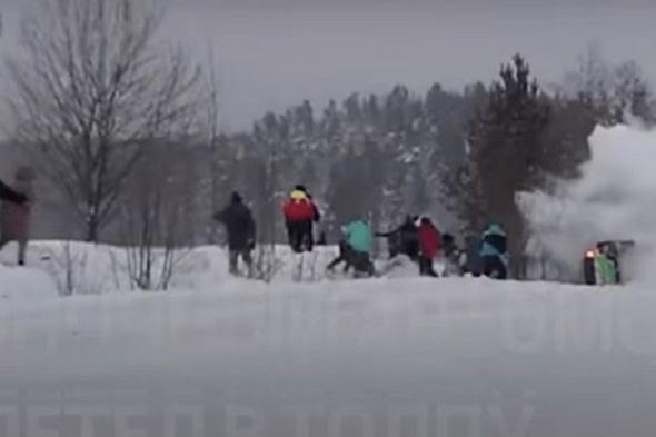 شاهد .. سيارة تطير على حشد من المشاهدين في سباق رالي على الثلج