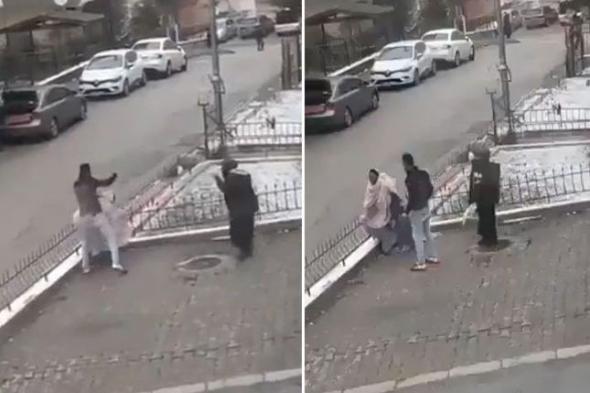 """شاهد: شاب تركي يضرب مسنة """"صومالية"""" وسط شارع في أنقرة"""