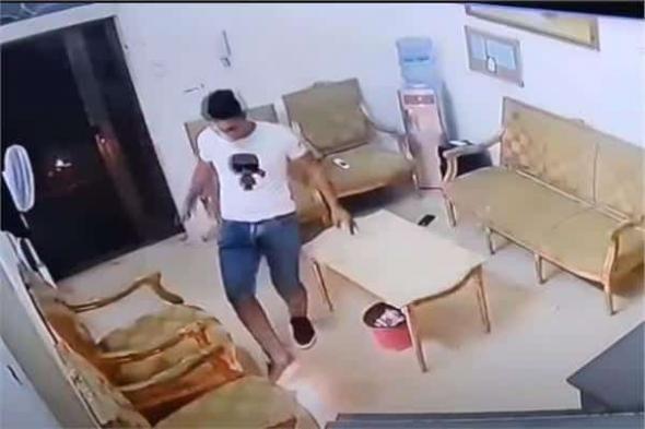 شاهد: لحظة انفجار هاتف محمول في يد شاب فلسطيني