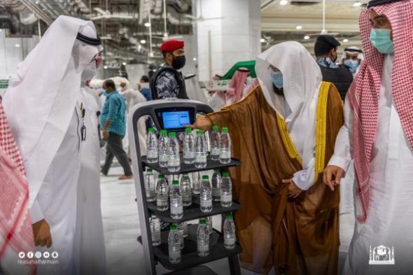 روبوت ذكي لتوزيع عبوات ماء زمزم