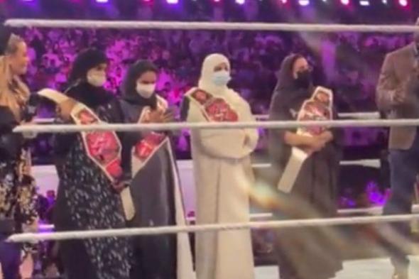 بالفيديو.. سر تواجد 4 سعوديات داخل حلبة مصارعة WWE في موسم الرياض