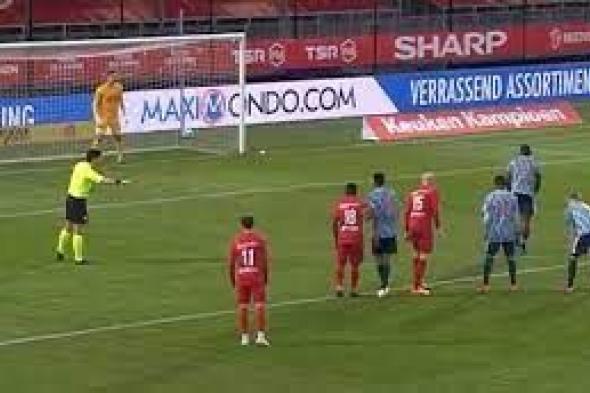 شاهد: لاعب يسدد الكرة في رأس رجل الأمن خلال تنفيذ ركلة جزاء