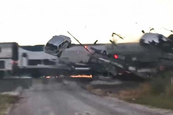 شاهد: سيارات تطير في الهواء بعد اصطدام عنيف بين قطار وشاحنة